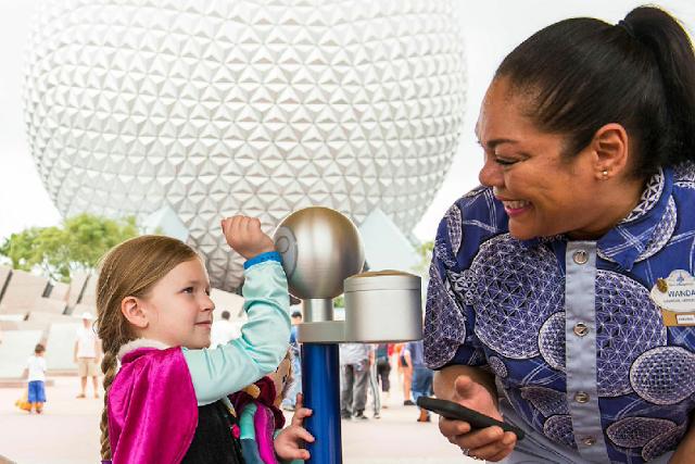 Niña usando FastPass + de Disney en Orlando