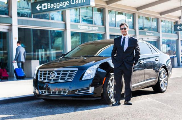 Conductor y su coche en aeropuerto