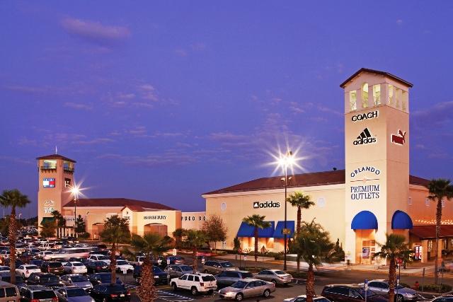 Outlets Premium de Orlando iluminado a noche