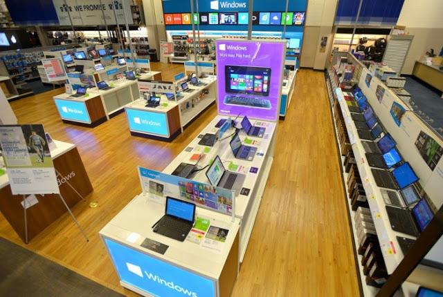 Interior de tienda de electrónica Best Buy en Orlando