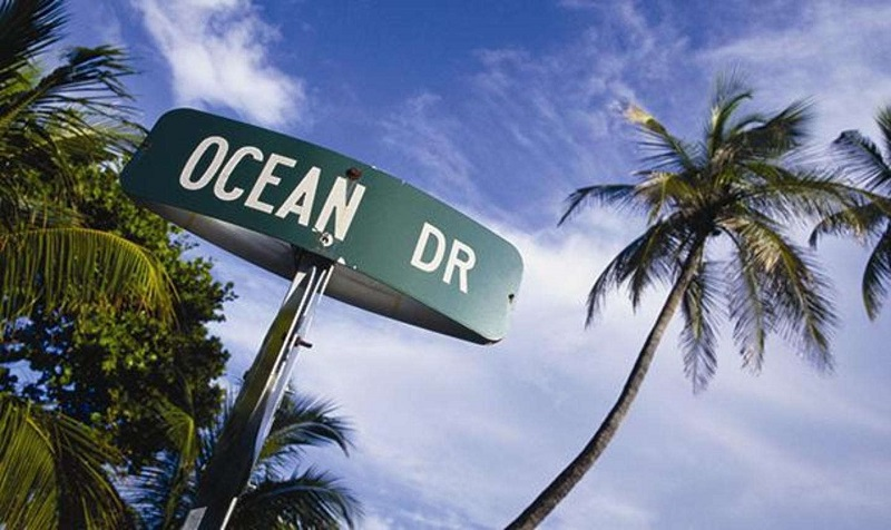 La avenida Ocean Drive en Miami Beach