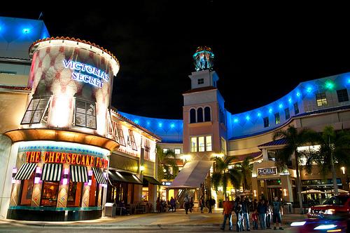 Centro comercial Aventura Mall a noche