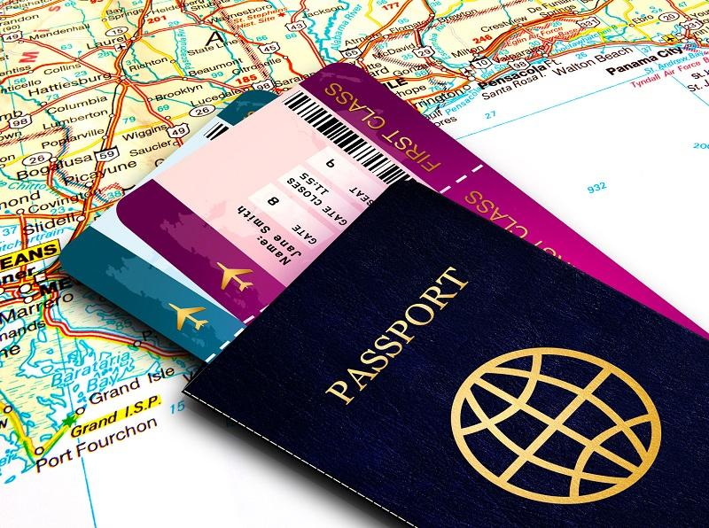 Pasaporte y billetes de viaje